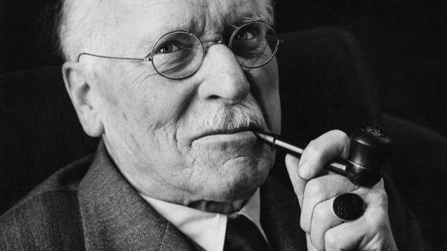 کارل گوستاو یونگ، روانشناس و فیلسوف قرن بیست را میتوان بنیانگذار روانکاوی تحلیلی دانست. به نظر وی برای درک بهتر شخصیت فردی کنار آمدن با چیزهایی متضادی مانند خودآگاه و ناخودآگاه لازم است.