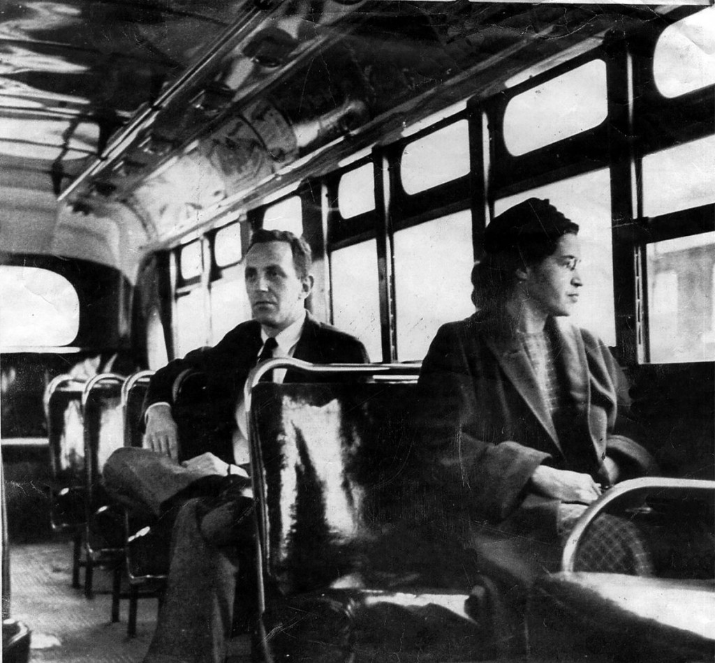 رزا پارکس فعال حقوق مدنی با صفاتی چون بانوی اول حقوق مدنی و مادر جنبش آزادی شناخته میشود و هم روز تولدش یعنی چهارم فوریه و هم روز دستگیریاش، اول دسامبر در ایالتهای مختلف آمریکا به عنوان روز رزا پارک گرامی داشته میشود. رزا در اول دسامبر ۱۹۵۵ از دستور راننده اتوبوس سرپیچی کرد و جایش را به یک سفیدپوست نداد و فعالیتهای مدنیاش را پس از دستگیری و زندان برای رسیدن به حقوق برابر آغاز کرد. این تصویر یک سال بعد از دستگیریاش را نشان میدهد که قانون جدا بودن جای سفیدپوستان و سیاهپوستان در اتوبوس ملغی شد.