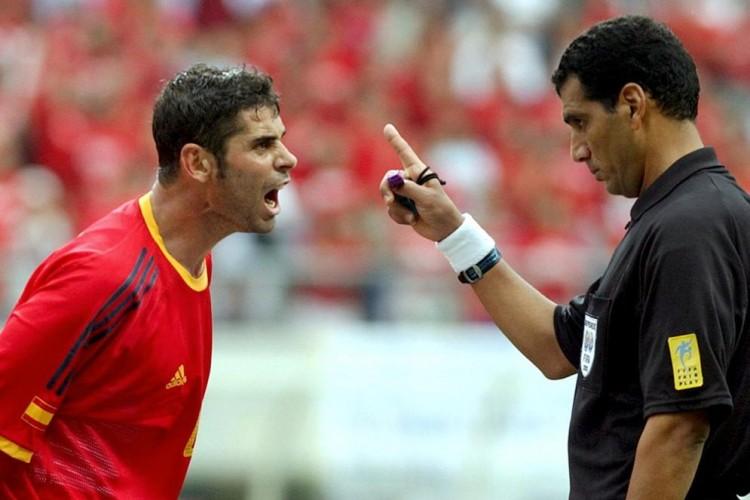 موثرترین بازیکن میدان در بازی اسپانیا - کرهی جنوبی در جام جهانی ۲۰۰۲ داور مسابقه بود.
