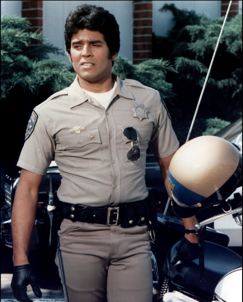 اریک استرادا، بازیگر، صدا پیشه و افسر پلیسی که ستارهی مجموعهی تلویزیونی CHiPs در آمریکا بود.