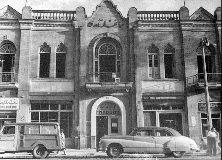 کافه نادری در دهههای چهل و پنجاه پاتوق روشنفکران ایران بود که خیلیها مناسبات حاکم بر آن را تقلیدی از فضای روشنفکری فرانسه میدانستند.