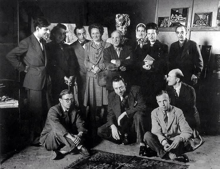یکی از ویژگیهای مهم اگزیستانسیالیسم فرانسوی دورهمیهای دوستانهشان بود. در این تصویر لکان، سارتر، کامو و دوبوار را در نمایشگاه آثار پیکاسو میبینیم.