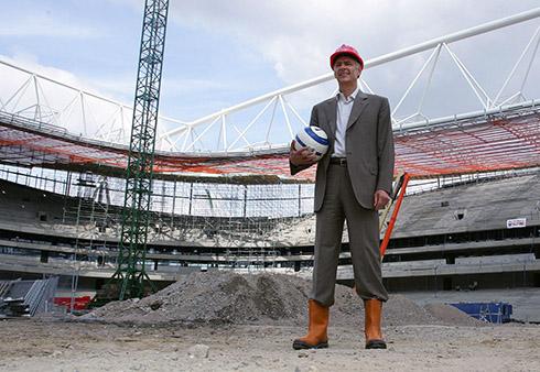 استادیوم جدید امارات خانهای است که کاملاً ونگر ساخته، حتی تمام جزئیات استادیوم مثل مدل قفسهها و بافت کاشی زمین نیز همه با نظر خاص مربی ساخته شده است.