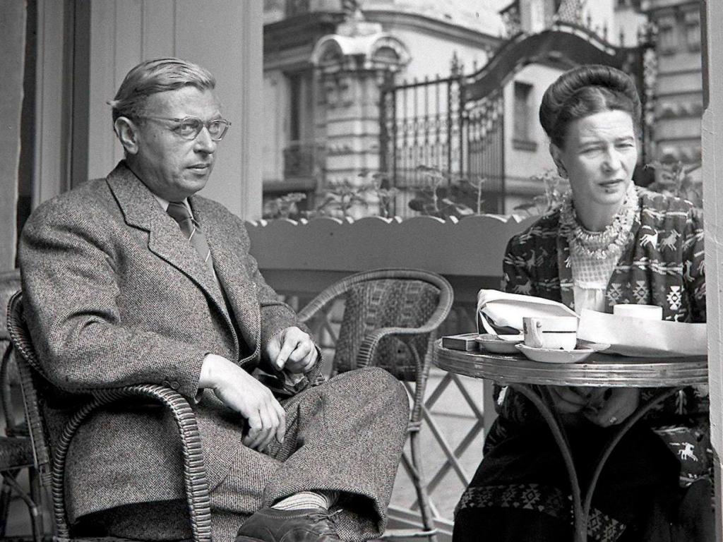 سارتر به روابط انسانی بسیار بدبین بود و جملهی معروفش «جهنم دیگران است» خیلی زود به جملهای قصار تبدیل شد. اما خودش وقت زیادی را با دوستانش در کافه سپری میکرد.