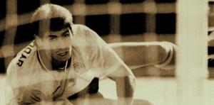 آندرس اسکوبار سالداریگا، بازیکن اسبق تیم ملی کلمبیا، بعد گل به خودیای که در بازیهای مقدماتی جام جهانی 94 به تیم خود زد، مورد اصابت دوازده گلوله قرار گرفت و کشته شد. این اتفاق نشان میدهد که فوتبال به مستطیل سبز ختم نمیشود و نمود قواعدی که بر آن حاکم است را میتوان در زندگی واقعی نیز دید.