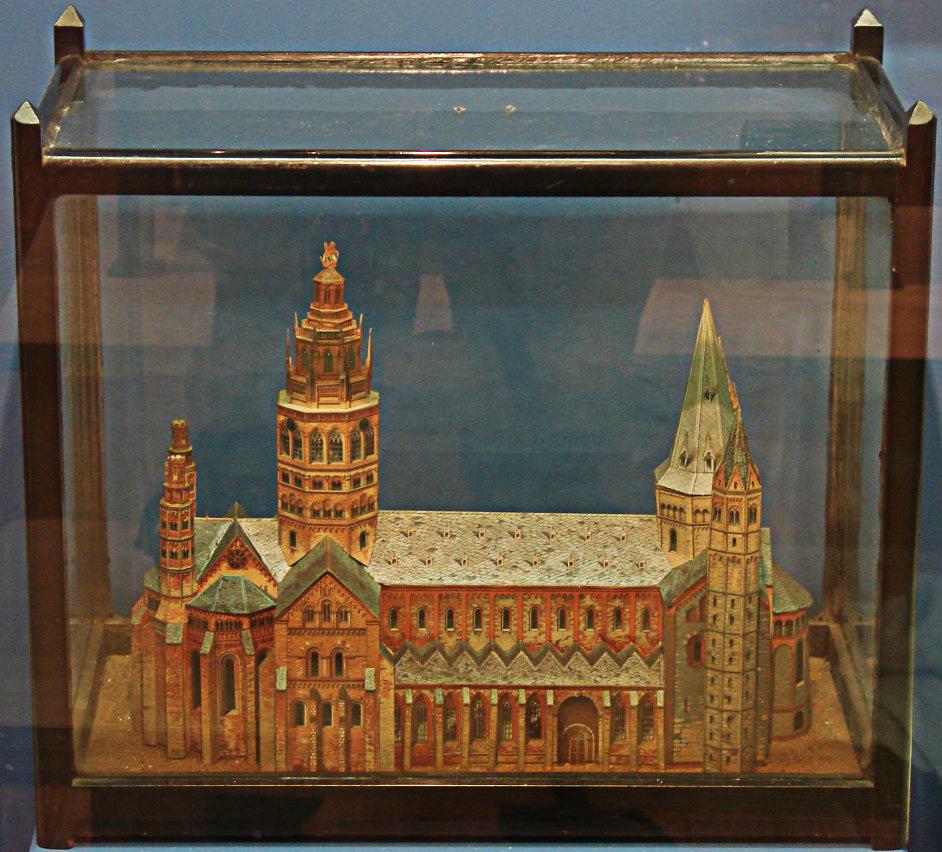 کلیسای جامع ماینز در شهری به همین نام در کشور آلمان قرار دارد و مریک در طول دوران اقامت و درمانش در بیمارستان، نمایی نصفهونیمه از آن را در قاب پنجرهی اتاقش میدید. مریک در روزهای طولانی و کسالتبارش در بیمارستان این ماکت کاغذی از کلیسا را با دقتی مثالزدنی ساخت. ماکتی که در فیلم «مرد فیلنما» از آن استفاده شده است، تفاوتهای کوچکی با این ماکت اصلی دارد.
