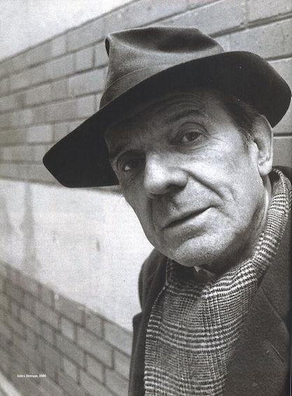 ژیل دولوز، متفکر پستمدرن فرانسوی (۱۹۹۵ – ۱۹۲۵م) از تأثیرگذارترین اندیشمندان معاصر فرانسویست. دلوز حیطهی کاری گستردهای داشت که از ادبیات، سینما، هنر تا فلسفه را شامل میشد. او خود را اندیشمندی از نسل متفکرانی چون پروتاگوراس، اسپینوزا و برگسون میدانست که در مسیری متفاوت از اندیشمندانی چون افلاطون، کانت و هگل سیر کردهاند. دولوز دربارهی زمان نیز تحتتأثیر برگسون، بر این باور است که جریان مداوم زمان تقسیمپذیر به بخشهای متافیزیکی گذشته و آینده نیست.