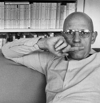 پل میشل فوکو در اکتبر 1926 در فرانسه به دنیا آمد و در ژوئن 1984 دیده از جهان فروبست. او فیلسوف، مورخ، نظریهپرداز اجتماعی، زبانشناس و منتقد ادبی بود. نظریات او به رابطهی بین قدرت و آگاهی و نحوهی استفادهی نهادهای اجتماعی از این دو عامل برای کنترل جامعه میپرداخت. هرچند، اغلب از او بهعنوان فیلسوفی پساساختارگرا و پستمدرن یاد میشود، خود او این عناوین را رد میکرد و ترجیح میداد دیگران او را بهعنوان منتقد تاریخ مدرن بشناسند. نظریاتش هم محیط آکادمیک و هم گروههای فعال مدنی را بهشدت تحتتأثیر قرار داد. فوکو در یک خانوادهی متوسط به دنیا آمد و دبیرستان را در مدرسهی هنری پنجم به اتمام رسانید. در آنجا علاقهاش به فلسفه را زیر نظر اساتیدی چون جان هیپولی و لویی آلتوسر پرورش داد و مدارج دانشگاهی را در دانشگاه سوربن پاریس طی کرد. بعد از چندین سال فعالیت بهعنوان دیپلمات فرهنگی به فرانسه بازگشت و کتاب مهم و اصلی خود یعنی تاریخ جنون را نوشت. پس از اشتغال به کار در دانشگاه کلرمون فران طی سالهای 1960 تا 1966م، دو اثر مهم دیگر با عناوین تولد یک کلینیک و نظم اشیاء ارائه داد که علاقهی ابتدایی وی به ساختارگرایی را نشان میدهند، چراکه بعدها از این موضوع فاصله گرفت. این سه نمونه، مثالهایی هستند از تکنیک و روش تاریخنگاری فوکو که خود آن را «باستانشناسی» نامید. در فاصلهی سالهای 1966 تا 1968م، پیش از بازگشت فوکو به فرانسه، در دانشگاه تونس و با بازگشت به فرانسه بهعنوان رئیس دپارتمان فلسفه در دانشگاه تجربی جدید پاریس مشغول به کار شد. در سال 1970م، به عضویت کالج فرانسه در آمد و تا پایان عمر در همین سمت باقی ماند.
