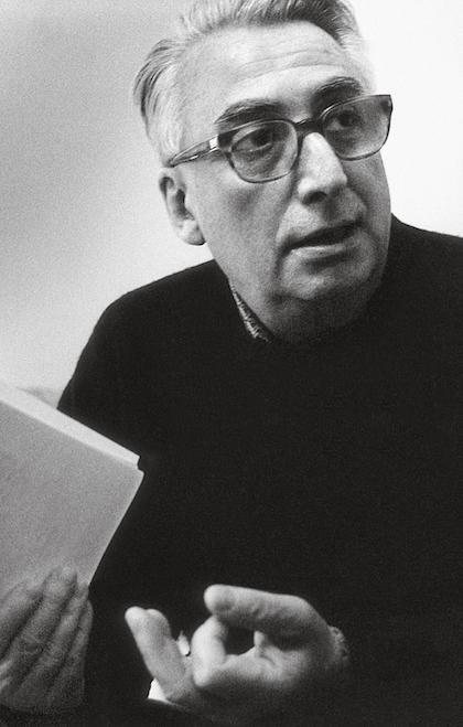 رولان بارت، فیلسوف و منتقد فرهنگی فرانسوی، که عموماً با نظریاتش پیرامون نقد ادبی و همچنین نشانهشناسی شناخته میشود، یکی از تأثیرگذارترین متفکران قرن بیستم است. بسیاری نظریات او همچون «مرگ مؤلف» را نقطهی گذار از ساختارگرایی به پساساختارگرایی میدانند و برخی دیگر او را از مهمترین ساختارگرایان معاصر میدانند. بارت در جوانی تحتتأثیر مارکسیسم بود و به همین دلیل منتقدان ادبیای چون تری ایگلتون که در بسط نقد ادبی مارکسیستی میکوشند، از بارتِ جوان تأثیر پذیرفتهاند؛ او بعدها از اندیشهی چپ فاصله گرفت و از نشانهشناسی برای توصیف و تبیین تمام ابعاد فرهنگ عامه، از پوشاک و موسیقی عامهپسند تا عکاسی و سینما، بهره برد. او هر شیئی را همچون نشانهای میدید که در نظام دال و مدلولی قرار میگیرد و بر مفهوم یا عنصر دیگری دلالت میکند. شرح تأملات رولان بارت دربارهی عکاسی در کتاب مشهور او، اتاق روشن، آمده است که در آن به تمایز مهمی اشاره میکند؛ تمایزی که در برخورد مخاطب عکس با اثر هنری شکل میگیرد. بارت از دو واژهی «پونکتوم» و «استادیوم» برای توصیف برداشت بینندهی عکس از تصویری که میبیند، استفاده میکند. از نظر بارت، «پونکتوم» آن چیزیست که احساسات بینندهی عکس را جریحهدار میکند و تأثیرش را بهصورت آنی بر مخاطب میگذارد. «استادیوم» نیز فضای کلی عکس را تشکیل میدهد که میتواند شامل معماری پسزمینه و یا چیدمان تصویر باشد.