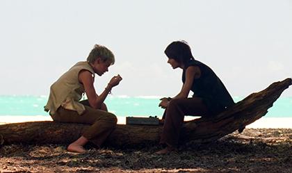 در سکانس «آنسوی دریا» متوجه میشویم که دو قطب بسیار مهم داستان، یعنی جیکوب و مرد سیاهپوش، دوقلو هستند. این دو هنگام تولد از یکدیگر جدا شدهاند. این جدایی بر فهمِ «مستقل» آنها از بودن-در-جهان تأکید میکند: جیکوب احساس میکند که متعلق به جزیره است، اما مرد سیاهپوش عقیدهی دیگری دارد و بر این باور است که به جزیره تعلق ندارد.